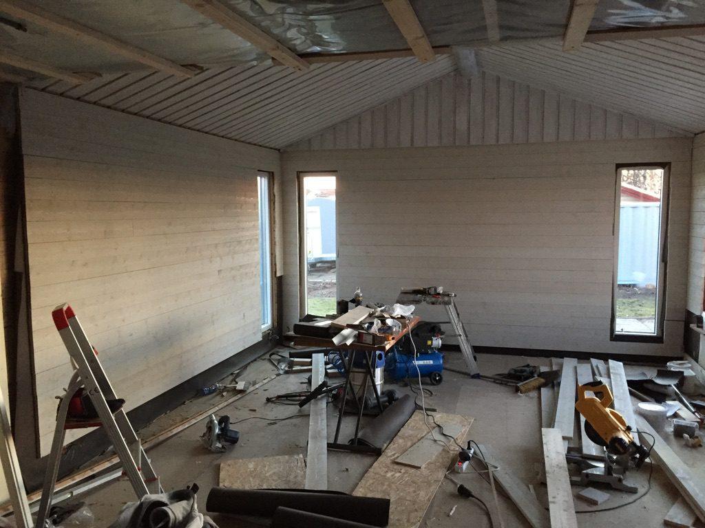 panel på vägg inomhus